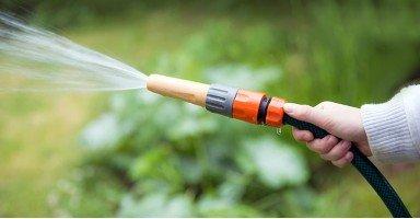 Cómo instalar mangueras en el jardín